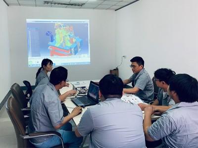 悦川机器人-团队会议讨论